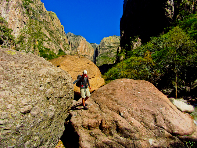Boulder hopping down the Candamena Canyon with Piedra Volada in the background. / カンダメナ・キャニオンを転がる石の様子(ピエドラ・ヴォラダを背景にして)。