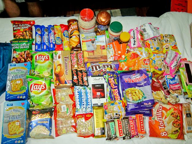 ネパール最後のセクションでの10日分の食料。Ten days of food for the last stretch through Nepal.