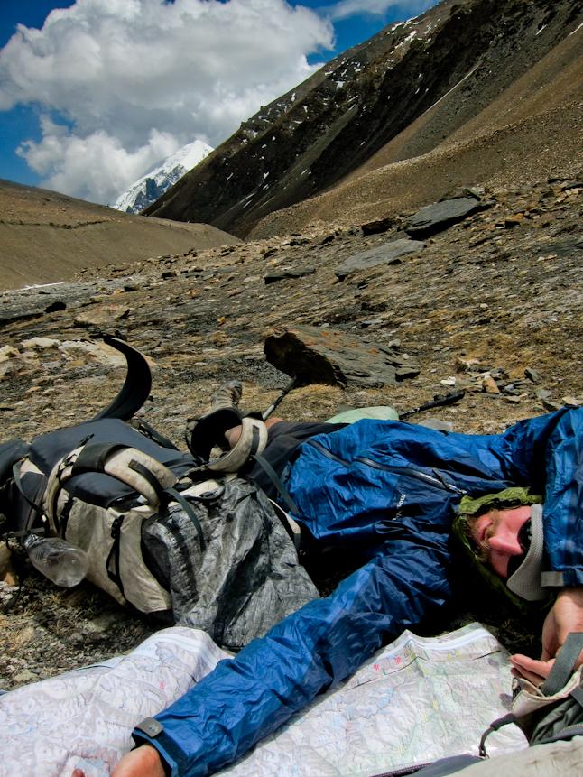 休憩しつつ標高の高さを感じる。ドルパにて。Taking a break and feeling the elevation in Dolpa.