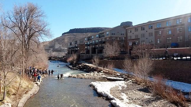 コロラド州ゴールデンの街にある川で浅瀬を渡る練習