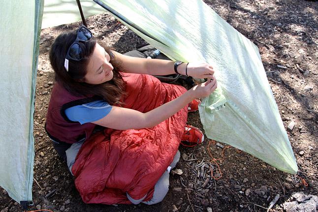 ゴールドヒルトレイルヘッドのカーキャンプ中にタープを設営する練習