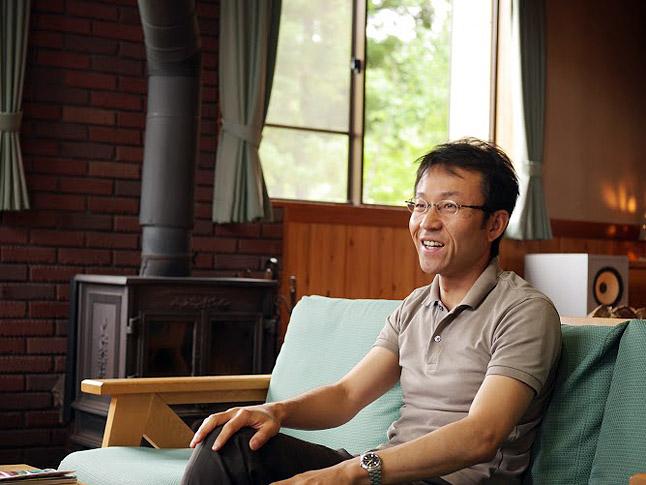 高野氏は、大学卒業後、北海道のリゾートホテル勤務を経て知床で自然保護と利用に関する仕事に従事。2004年に飯山市に移住し、現在に至る。