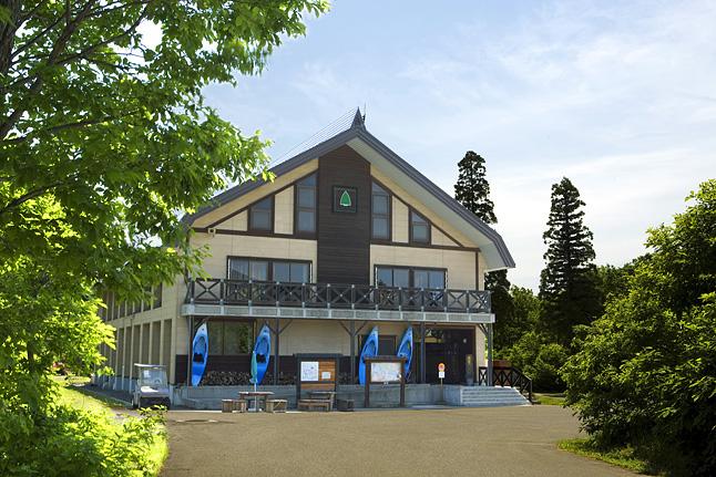グリーン・ツーリズムの拠点施設『なべくら高原・森の家』のセンターハウス。6ヘクタールの敷地内にさまざまな施設がある。