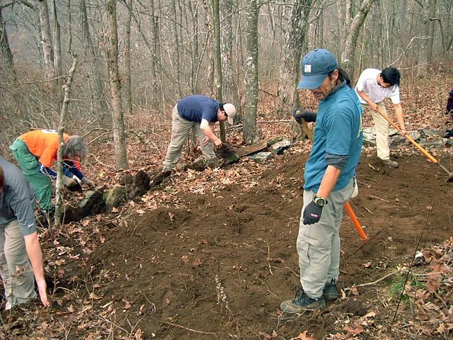 アメリカのロングトレイル『アパラチアン・トレイル』の視察風景。現地のボランティアスタッフと共にメンテナンス作業にも携わった。