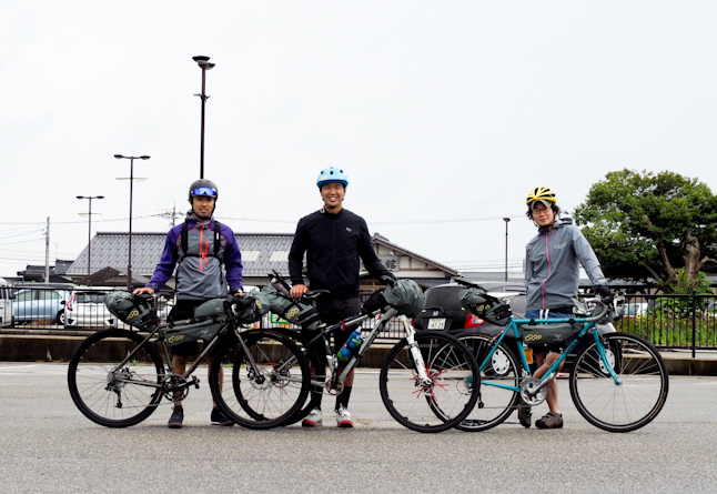 ノマディクス/ムーンライトギアの千代田高史さん(右)と小峯秀行さん(左)。(株)ロータスでアルトラを担当している高木義宣さん(中)と一緒に行った能登半島一周バイクパッキングにて。