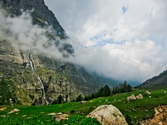 クルー山域の美しい圏谷。Beautiful glaciated river valley in the Kullu region.
