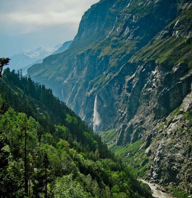 急峻な渓谷を流れる滝。Another waterfall and steep river valley.